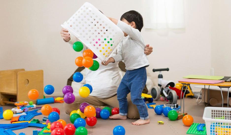 Moins de jouets pour aider votre enfant.